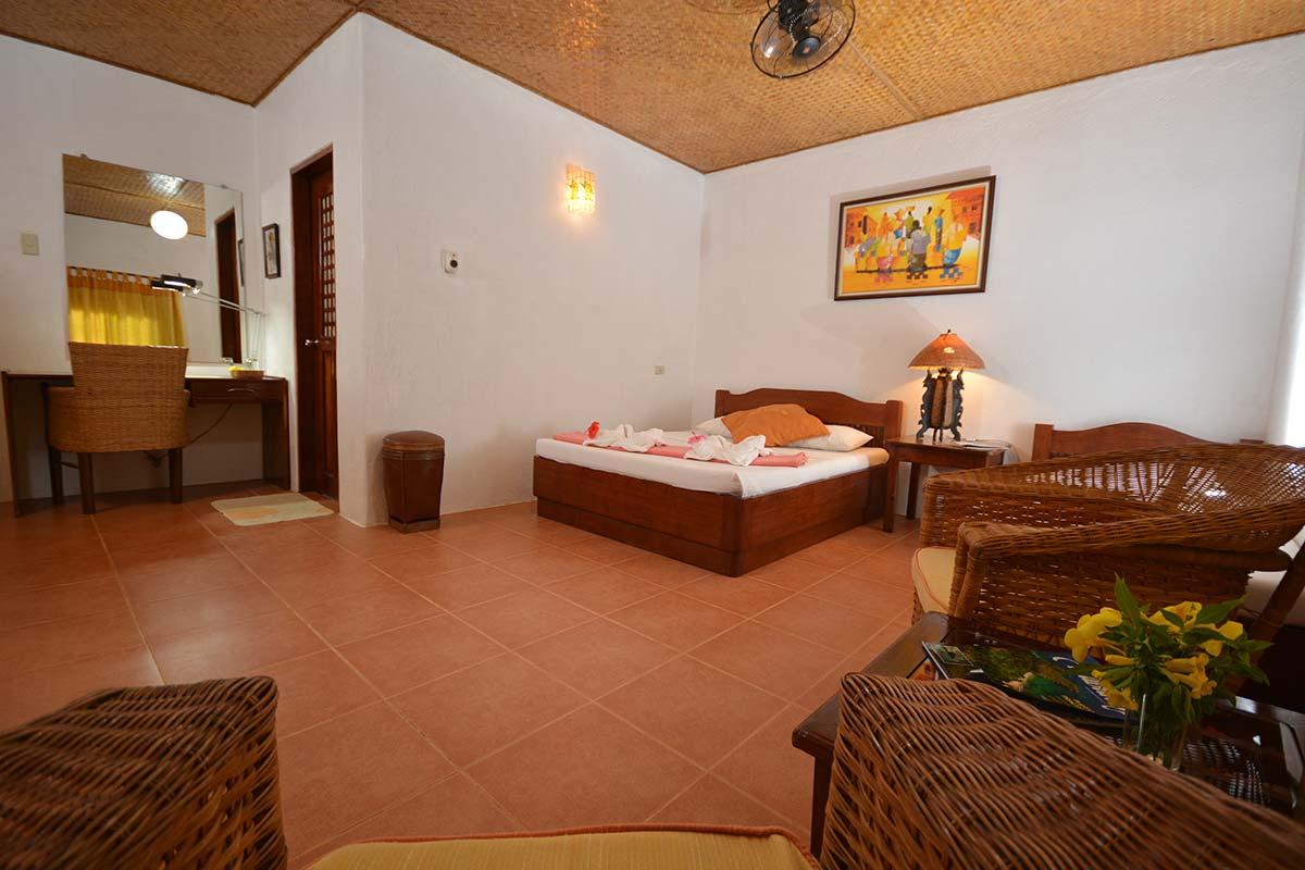 Hibiscus Garden Inn Queen Room Sala View